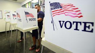 """Un homme vote par anticipation pour les """"midterms"""" à Los Angeles (Etats-Unis), le 5 novembre 2018. (FREDERIC J. BROWN / AFP)"""