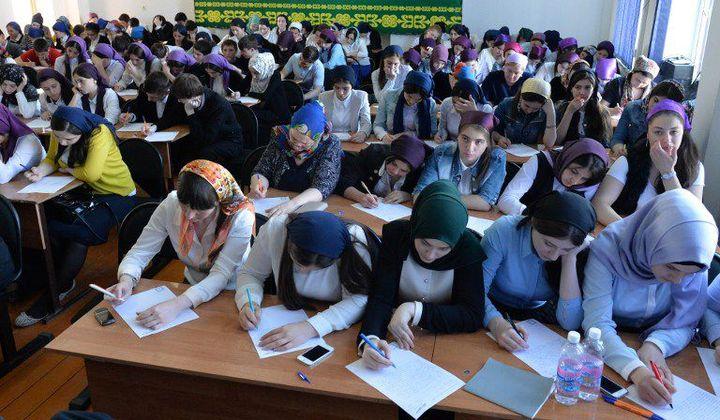 En Tchétchénie, les lycéennes doivent être voilées dans les établissements scolaires  (Said Tsarnaev/RIA Novosti)