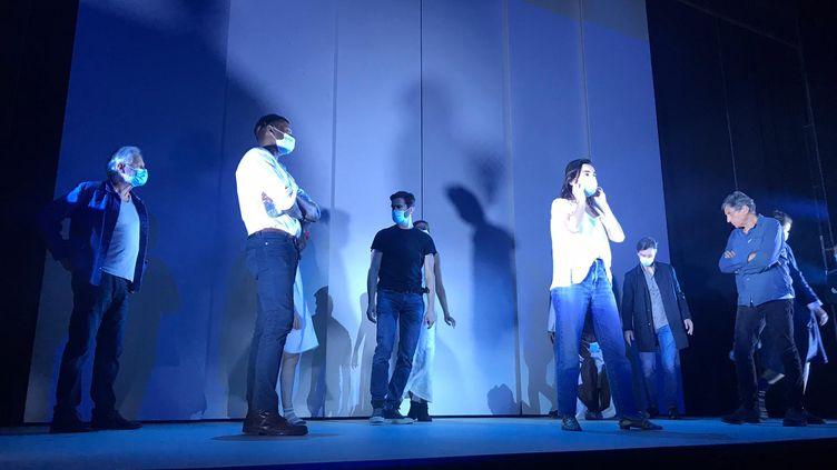 """Une répétition des """"Sorcières de Salem"""" mis en scène par Emmaneul Demarcy-Mota au Théâtre de la Ville, en septembre 2020. (LOU BOURDY / FRANCEINFO)"""