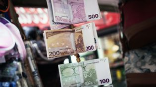 Des portefeuilles en forme de billets présentés dans un kiosque à Athènes (Grèce), le 30 juin 2015. (SOCRATES BALTAGIANNIS / AFP)