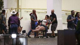 Une femme, blessée dans la tuerie, transportée derrière un hôtelde Las Vegas (Nevada), le 1er octobre 2017 (CHASE STEVENS / AP / SIPA)