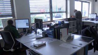 Employés au chômage technique ou en télétravail, production ralentie, réunions en effectifs réduits : avec la crise du Covid-19, un nouveau rythme professionnel s'impose à cette entreprise près de Lyon (Rhône).  (FRANCE 2)