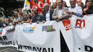 Jean-Claude Mailly (4e en partant de la droite), le secrétaire général du syndicat Force ouvrière, aux côtés d'autres dirigeants syndicaux, à Paris, le 28 juin 2016, lors d'une manifestation contre la loi Travail. (THOMAS SAMSON / AFP)