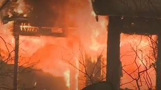 Californie : des milliers d'habitants fuient les incendies (FRANCEINFO)