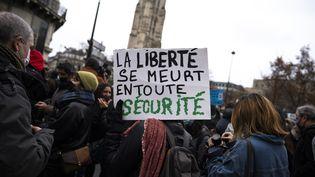 """Des opposants à la proposition de loi """"sécurité globale"""" manifestent à Paris, le 12 décembre 2020. (MERLIN FERRET / HANS LUCAS / AFP)"""