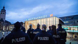 Des policiers sont postés devant la gare centrale de Cologne (Allemagne), au pied de la cathédrale, le 6 janvier 2016. (MAJA HITIJ / DPA /AFP)