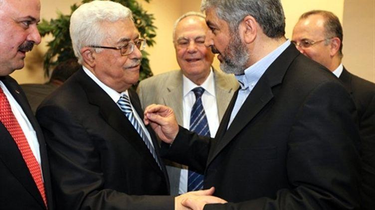 Mahmoud Abbas (à gauche) et Khaled Mechaal (Hamas) au Caire le 4 mai (AFP/Hamas press)