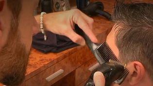 À quelques jours de la rentrée scolaire, les salons de coiffure ne désemplissent pas.C'est l'une des périodes lesplus importantes de l'année avec Noël. (FRANCE 3)