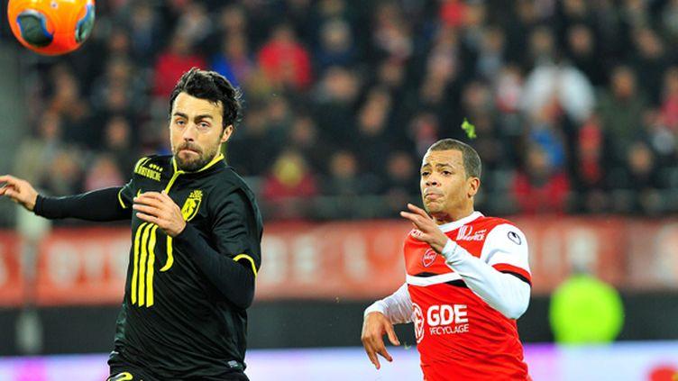 Basa (Lille) et Dossevi (Valenciennes) à la lutte pour le ballon (DIDIER CRASNAULT / MAXPPP)