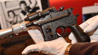 Le pistolet de Han Solo adjugé 550.000 dollars.  (HECTOR RETAMAL / AFP)