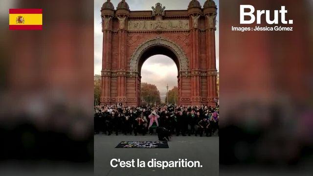 De l'Amérique du Sud à l'Europe, les yeux bandés, des femmes reprennent par milliers cet hymne féministe venu du Chili.