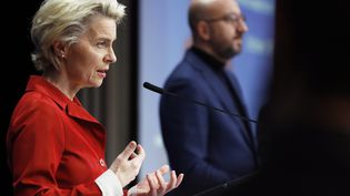 La présidente de la Commission européenne, Ursula von der Leyen, et Charles Michel (au second plan, à droite) à Bruxelles (Belgique), le 29 octobre 2020. (OLIVIER HOSLET / POOL / AFP)