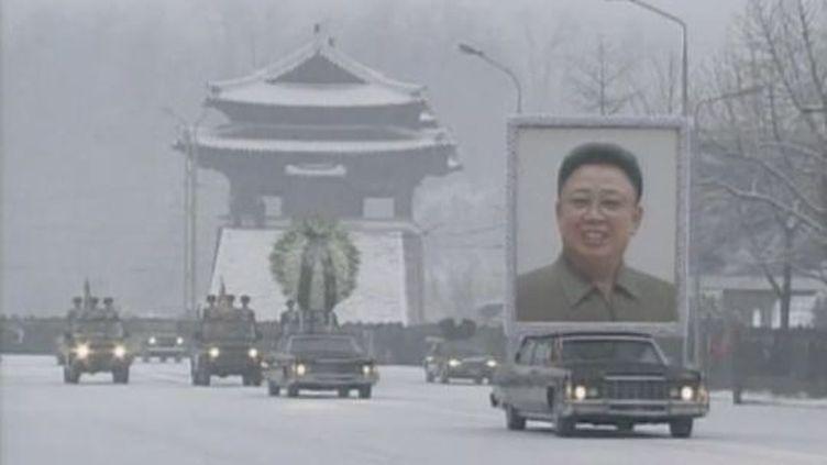 Le cortège funèbre de Kim Jong-il traverse Pyongyang, la capitale de Corée du Nord, le 28 décembre 21011. (FTVI / APTN / REUTERS)