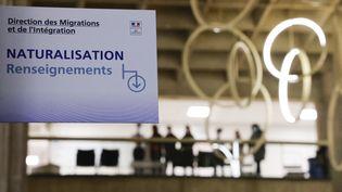 Une affiche concernant la naturalisation pour les personnes étrangères dans la préfecture de Seine-Saint-Denis, en octobre 2020. (LUDOVIC MARIN / POOL)