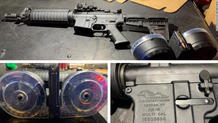 Capture d'écran dela carabine de type AR-15 et des chargeurs de 100 cartouches Connor Betts utilisés lors de l'attaque, dévoilées par le département de police de Dayton. (CAPTURE ECRAN / FRANCEINFO)