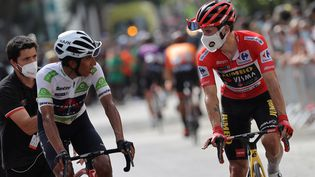 Egan Bernal et Primoz Roglic, lors de la 10e étape de la Vuelta 2021. (MANUEL BRUQUE / EFE)
