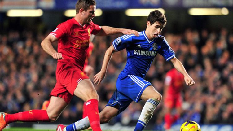 Oscar (Chelsea) échappe à Jordan Henderson (Liverpool) (GLYN KIRK / AFP)
