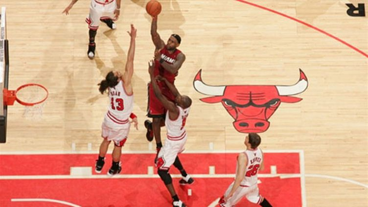 LeBron James au-dessus de Joakim Noah (NATHANIEL S. BUTLER / NBAE / GETTY IMAGES)
