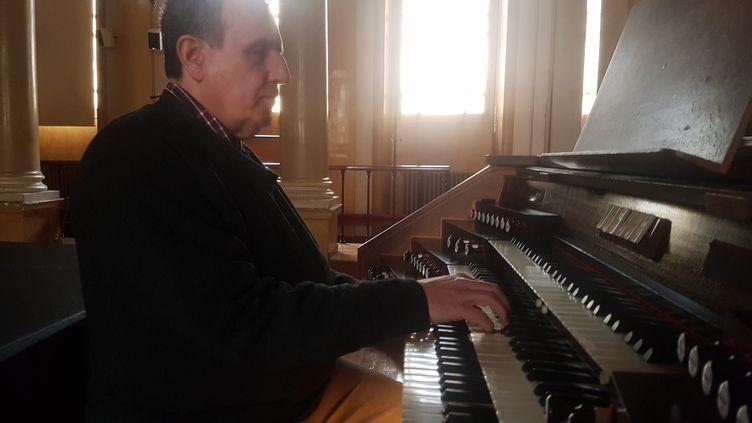Dominique Levacque en train de jouer de l'orgue, le 4 janvier 2019. (SAMUEL MONOD / RADIOFRANCE)
