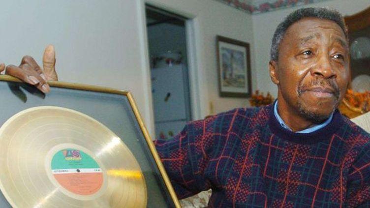 """Jimmy Ellis du groupe """"The trammps"""" avec le disque d'or reçu pour """"Disco inferno""""  (Anonymous/AP/SIPA)"""