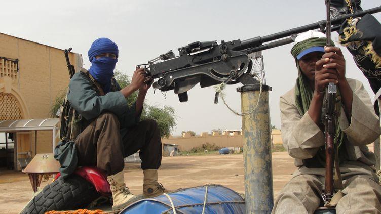 Des combattants islamistes du Mouvement pour l'unicité et le jihad en Afrique de l'Ouest tiennent une position près de l'aéroport de Gao, au Mali, le 7 août 2012. (ROMARIC OLLO HIEN / AFP)