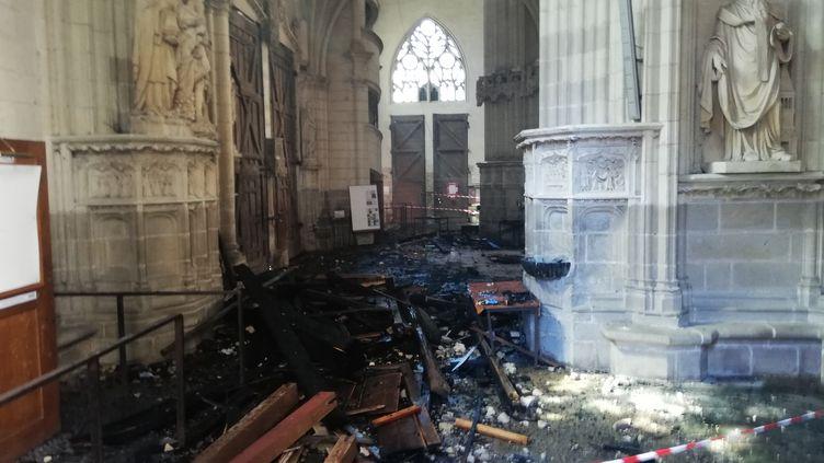 Les restes de l'orgue brûlé après une chute du 1er étage lors de l'incendie de la cathédrale Saint-Pierre-et-Saint-Paul à Nantes, le 18 juillet 2020. (FANNY ANDRE / AFP)