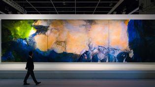 """""""Juin-Octobre 1985"""", oeuvre du peintre chinois Zao Wou-Ki during, présentée par la maison de vente Sotheby's le 26 septembre à Hong Kong.  ( ANTHONY WALLACE / AFP)"""