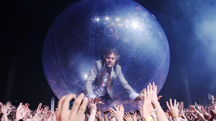 Le chanteur des Flaming Lips, Wayne Coyne, est familier des bulles gonflables dans lesquelles il roule sur la foule de ses concerts depuis 2004. Ici à Byron Bay en Australie en 2009. (MARK METCALFE / GETTY IMAGES ASIAPAC)