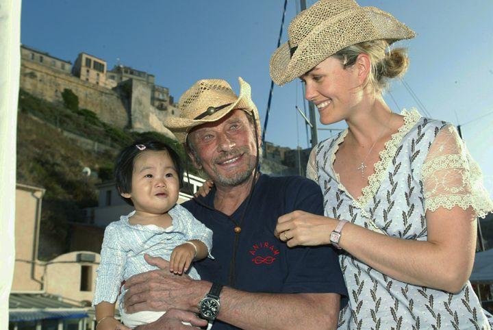 Johnny avec sa femme Laeticia et leur fille Jade à Bonifacio, en 2005  (PHOTOPQR/NICE MATIN)