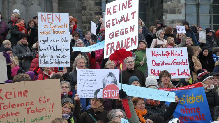 Des femmes et des hommes manifestent contre le sexisme et le racisme, à Cologne (Allemagne), le 9 janvier 2016. (MESUT ZEYREK / ANADOLU AGENCY / AFP)