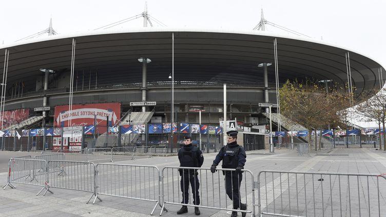 Des policiers montent la garde devant le Stade de France, le 14 novembre 2015. (MIGUEL MEDINA / AFP)