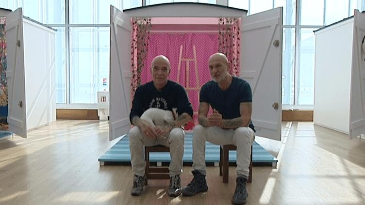 Pierre et Gilles devant l'une des cabanes de plage installées dans la grande nef du MuMa au Havre.  (France 3 Culturebox)