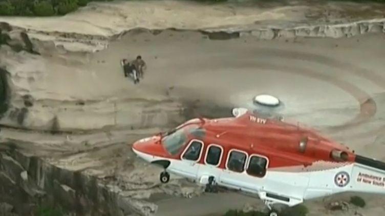 Capture d'écran d'une vidéo montrant une opération de secours dans un grand parc en Australie, dimanche 8 novembre 2015. (APTN)