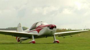 C'est une discipline spectaculaire :la voltige aérienne.Rencontre avec des champions de la discipline à Bernay, dans l'Eure. (FRANCE 3)