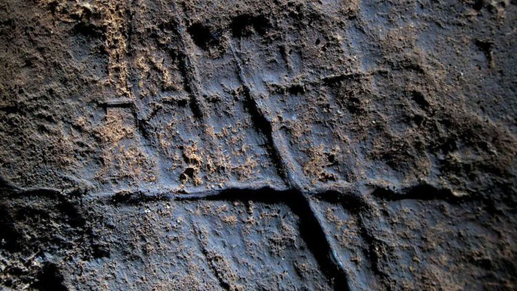 Gravure néandertalienne découvrerte en septembre 2014 dans la grotte deGorham, a Gibraltar,remontant à plus de 39.000 ans  (Stuart Finlayson/AP/SIPA)