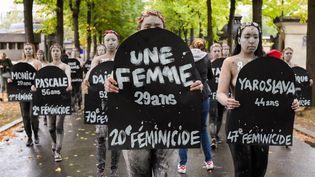 Des femmes marchentpour dénoncer les féminicides, à Paris le 5 octobre 2019. (JULIE SEBADELHA / HANS LUCAS / AFP)