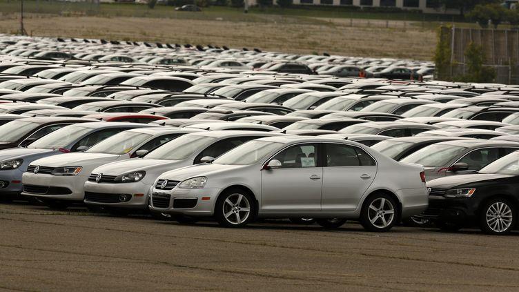 Des voitures Volkswagen et Audi rachetés à des clients américains à Pontiac, dans l'Etat du Michigan (Etats-Unis), le 4 août 2017. (JEFF KOWALSKY / AFP)