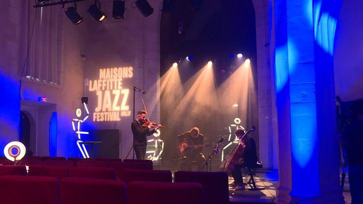 Le Théo Ceccaldi Trio Django lors de l'enregistrement de son concert dans l'église de Maisons-Lafitte, pour la 16e édition du maisons-Lafitte Jazz Festival. (G.Bezou / France Télévisions)