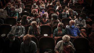 Des spectateurs portent un masque lors d'une représentation au théâtre Antoine, à Paris, le 22 juin 2020. (STEPHANE DE SAKUTIN / AFP)