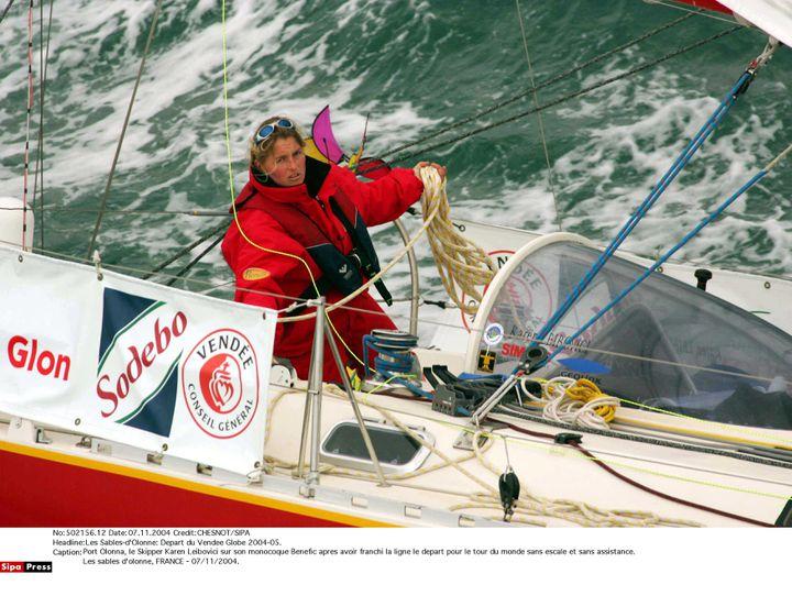 La navigatrice Karen Leibovici au départ du Vendée Globe 2004-05, au large des Sables d'Olonne (Vendée), le 7 novembre 2004. (CHESNOT / SIPA)