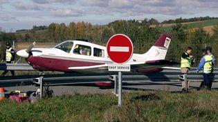 Un petit avions'était posé sur une route àNailloux prèsde Toulouse en novembre 2006 (LIONEL BONAVENTURE / AFP)