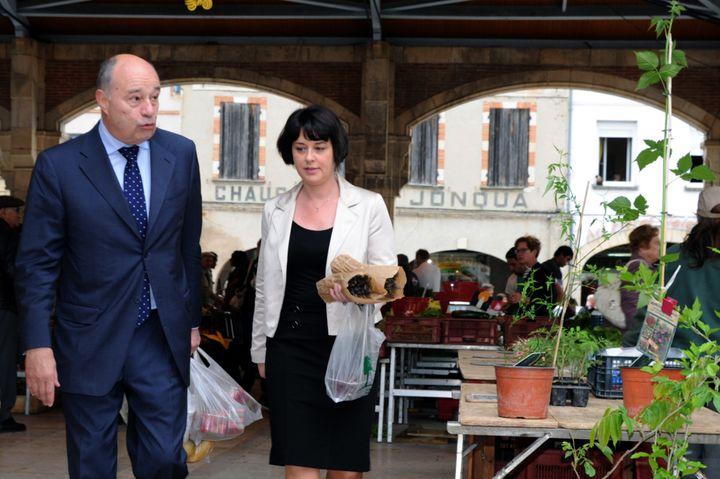 Jean-Michel Baylet accompagne Sylvia Pinel, alors ministre de l'Artisanat et candidate aux législatives, lors d'une visite de campagne au marché de Valence-d'Agen (Tarn-et-Garonne), le 26 mai 2012. (PASCAL PAVANI / AFP)