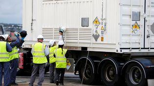 Contrôle d'un chargement de déchets nucléaires dans le port deCherbourg-Octeville (Manche), le 14 septembre 2018. (CHARLY TRIBALLEAU / AFP)