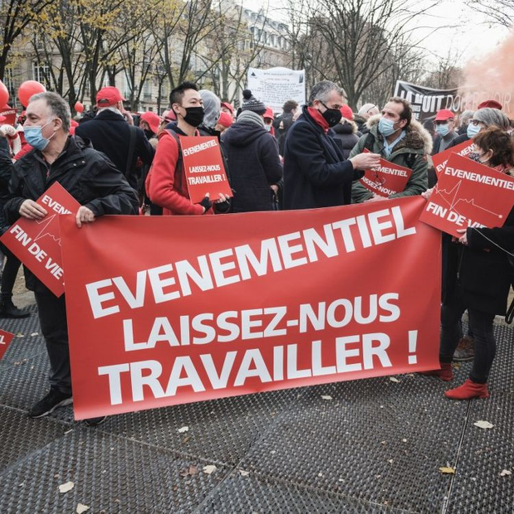 Des restaurateurs et des professionnels de l'événementiel manifestentcontre les fermetures liées au coronavirus,le 14 décembre2020 à Paris. (LUCAS BOIRAT / HANS LUCAS / AFP)