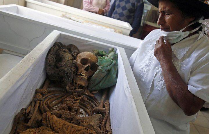 A 575 km à l'est de Lima, une femme se recueille sur la dépouille d'une victime du Sentier lumineux, retrouvée il y a peu et restituée à sa famille en août 2015. Le groupe maoïste a semé la terreur au Pérou entre 1980 et 2000, provoquant la mort de 70.000 personnes dont 15.000 n'ont pas été retrouvées. (AFP PHOTO/MAX CABELLO)