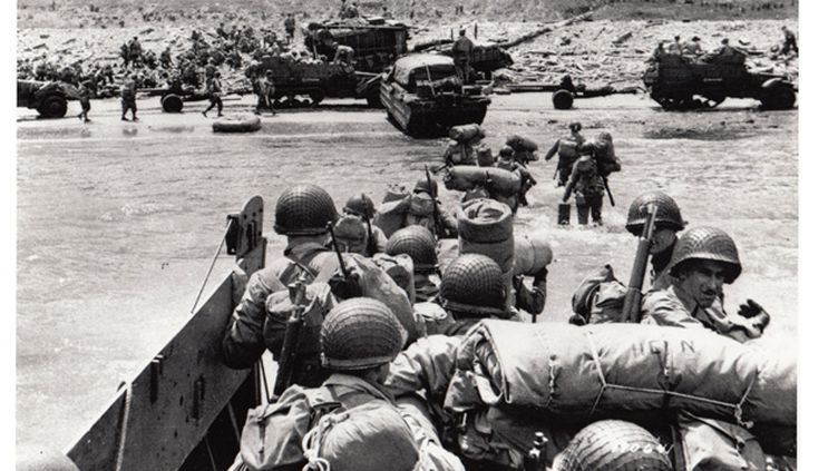 (Les hommes débarquent à Omaha Beach © Mémorial de Caen)