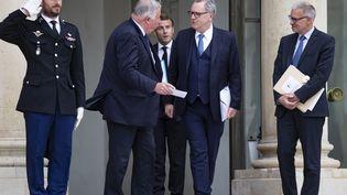 Le président du Sénat Gérard Larcher et celui de l'Assemblée nationale Richard Ferrand prennent congé du président de la République Emmanuel Macron, le 2 juillet 2020 au Palais de l'Elysée (Paris) (IAN LANGSDON / EPA)