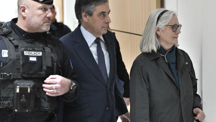 Penelope et François Fillon arrivent au tribunal de grande instance de Paris, le 27 février 2020. (STEPHANE DE SAKUTIN / AFP)