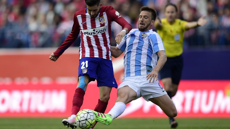 Yannick Ferreira (Atletico Madrid) au duel avec Raul Albentosa (Malaga) (JAVIER SORIANO / AFP)