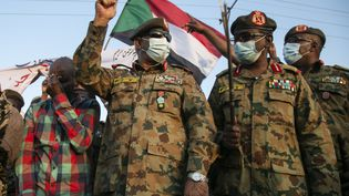 L'armée soudanaise a repris le contrôle de la zone frontalière d'el-Fashaga avec l'Ethiopie, comme en témoigne la présence du sous-chef d'état-major de l'armée soudanaise, le lieutenant-général Khaled Abdin al-Shami (2e G). Al-Qadarif, le 29 décembre 2020. (Mahmoud Hjaj / AGENCE ANADOLU / Agence Anadolu via AF)